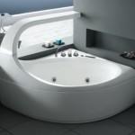 La baignoire balnéo d'angle Ellipse prête à être utilisée